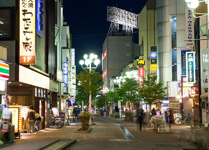 夜の松本駅前繁華街の写真。